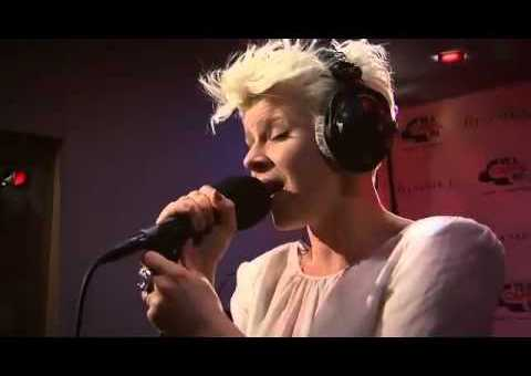 Robyn – Hang With Me (Acoustic)