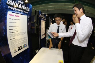 MIN trying out the iKit designed by Poh Jun Kai Nigel (Merit Award Winner from Dunman High School) which is a comprehensive eye test and training kit for all ages.