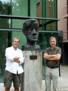 Joao Bosco Pesquero and Michael Bader standing next to a statue of Max Delbrück.