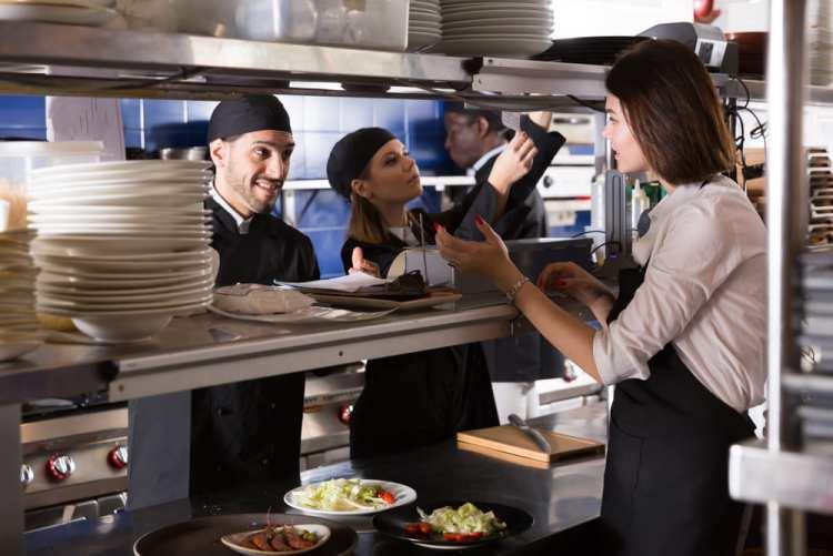 buena comunicación en cocina de restaurante