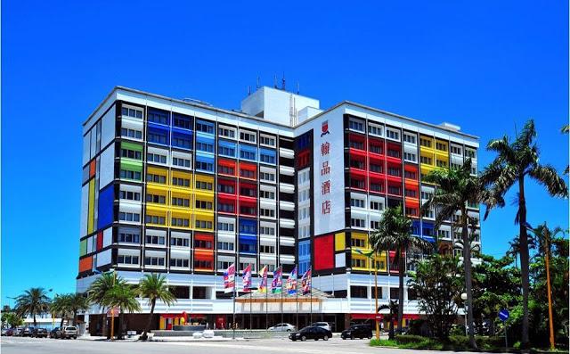 花蓮。翰品酒店  位於花蓮市區,交通非常便利!彩色建築外觀吸睛度百分百,館內與幾米跨界合作,聯手打造宛如童話般的繪本世界|東南旅遊