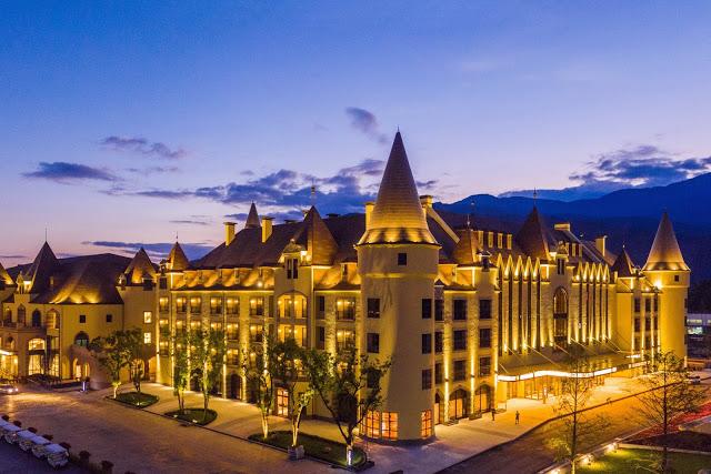 2019年開幕的花蓮瑞穗春天國際觀光酒店,位於花蓮瑞穗溫泉區,天成飯店集團斥資60億打造歐風城堡溫泉度假小鎮,被譽為「台版霍格華茲城堡」|東南旅遊