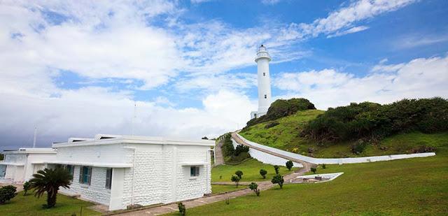 綠島燈塔興建於日治時期,高約33.3公尺,共有150級階梯,由塔頂可眺望全島。 每年3-5月是綠島野百合盛開期,在綠島燈塔前有大片野百合可供民眾欣賞|東南旅遊