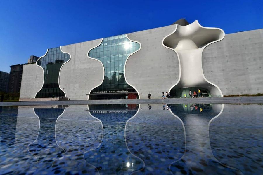 為日本建築師伊東豊雄設計,2015年獲得國家建築「金質獎」,其獨創的建築工法(曲牆建築工法和水幕防火設計)難度相當高造型十分的特殊且吸睛,建築本身就是一個藝術作品,被媒體譽為「世界九大建築奇蹟」|東南旅遊