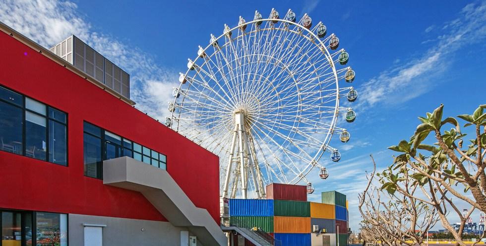 台中三井Outlet位於台中梧棲的台中港,於2018年12月正式開幕,擁有170間國內外知名品牌,及數十間美食餐廳,此外最大賣點,就是擁有全台唯一鄰海「摩天輪」|東南旅遊