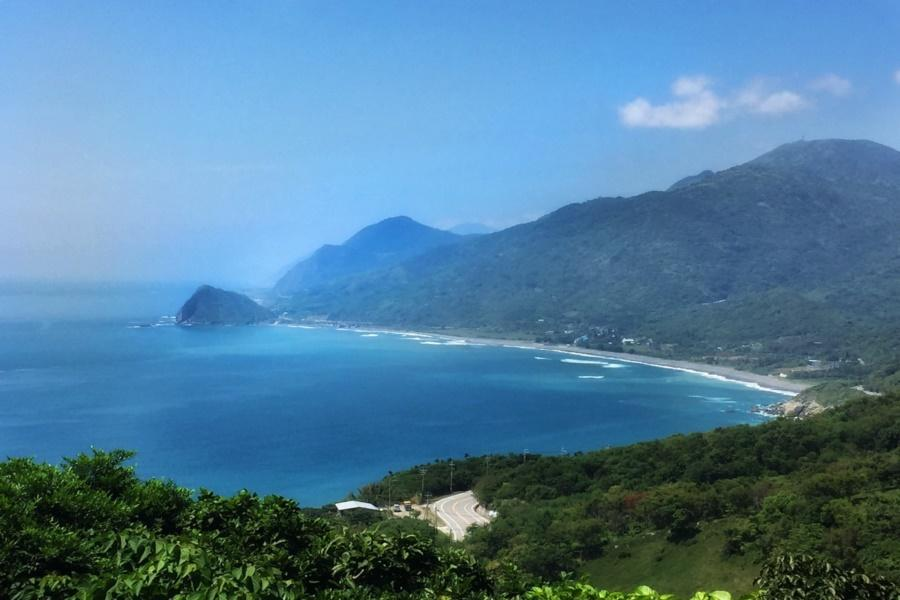 ▲花蓮七星潭風景區,像新月般的月牙(圖/東南旅遊提供)