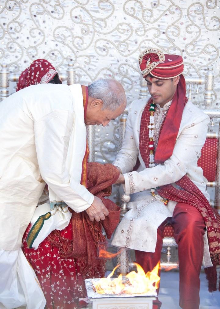 Smita-Aravind-Indian-wedding-mandap-Hindu-outdoor-wedding-ceremony-lehenga-dupatta-mehndi-tikka-nosering-nath-Tamil-Oriya-reception-outdoors-tying-string