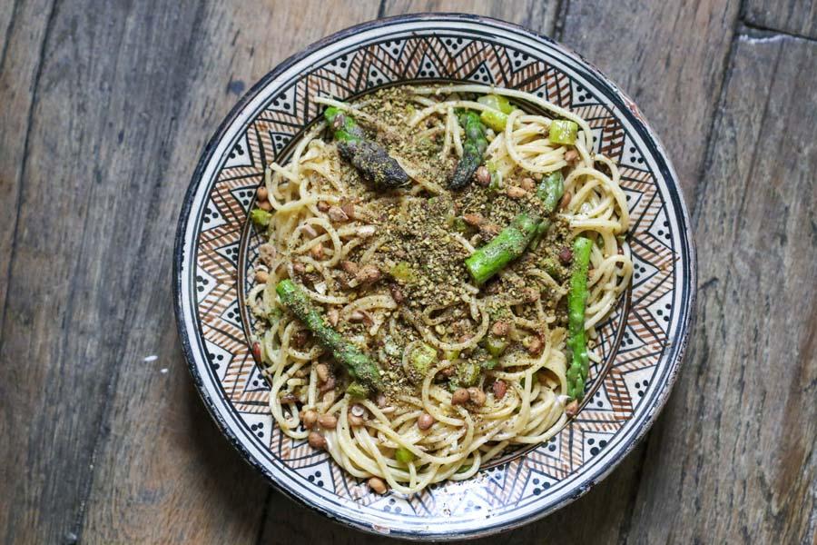 Pici aux asperges, petits pois et dukkah, une recette épices Shira
