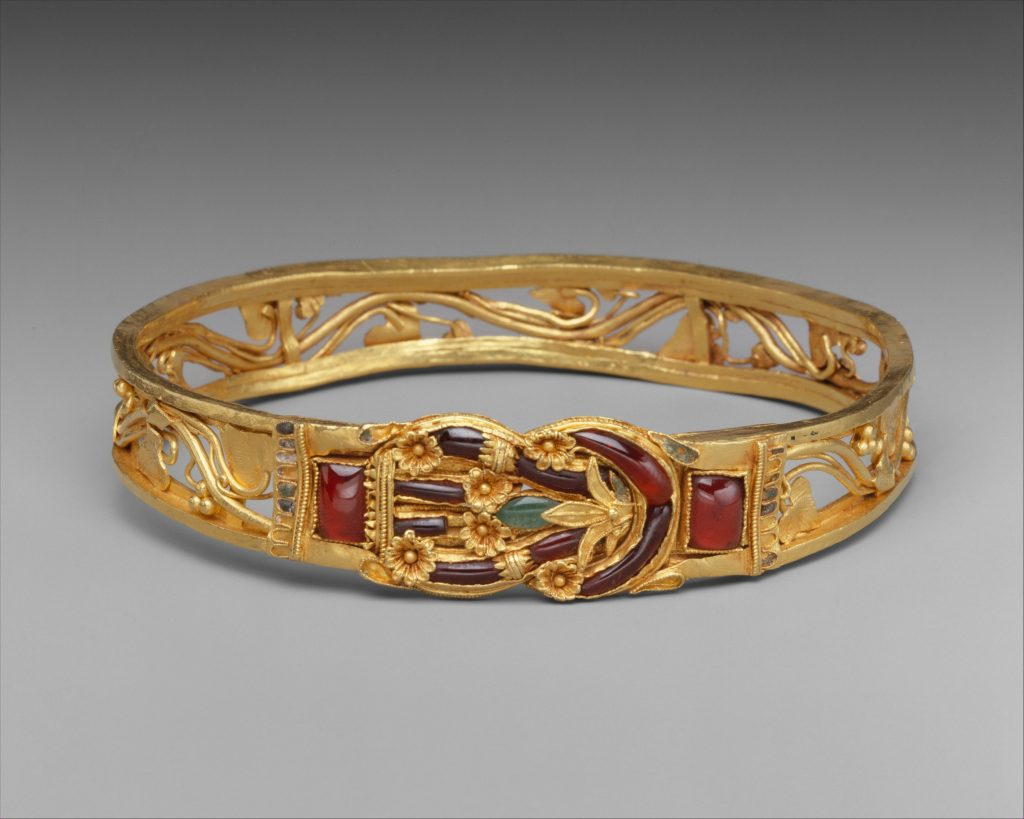 Gold armband with Herakles knot.
