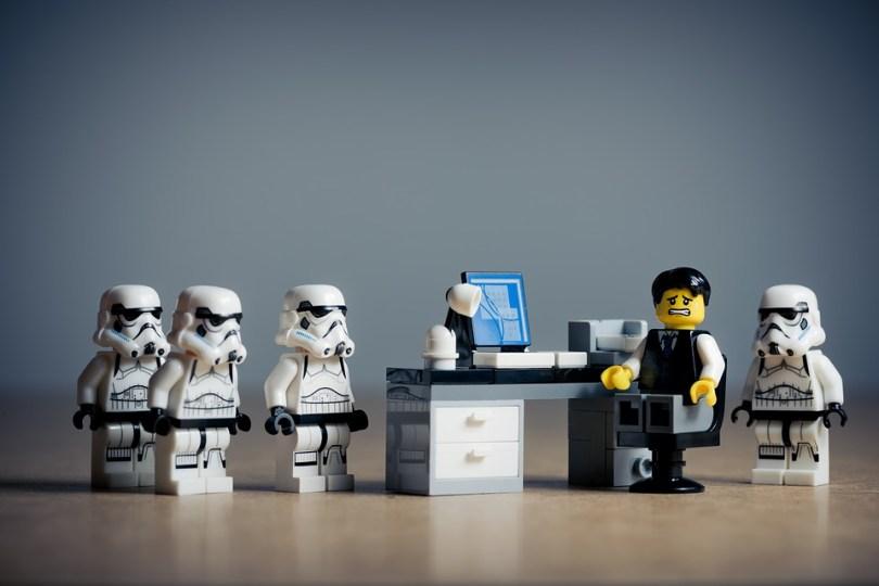 Unos stormtroopers de Lego molestan a un trabajador. ¡Imaginación al poder!