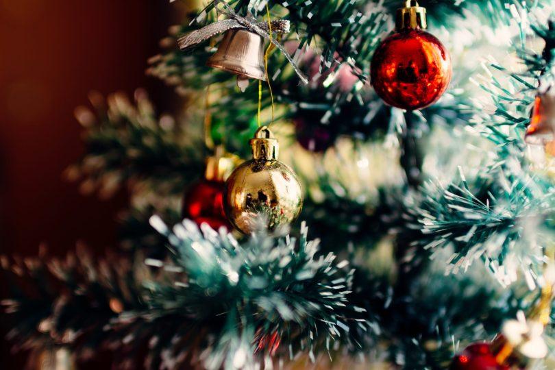 Bolas en árbol de Navidad