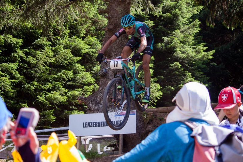Competición de Mountain Bike, hombre saltando con bicicleta un salto de arena, descuentos en ciclismo