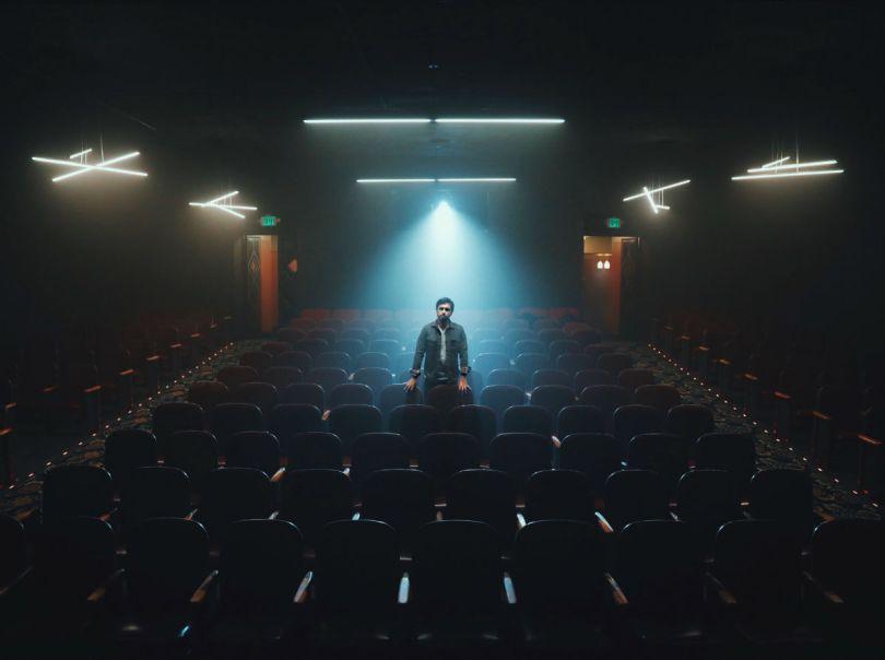 hombre soltero en sala de cine