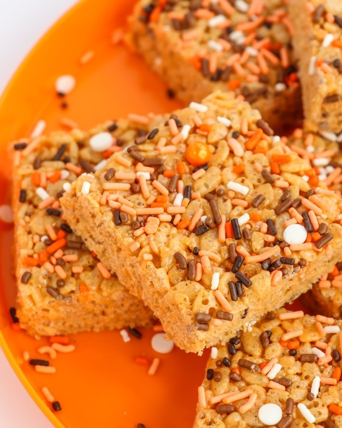 Pumpkin Spice Rice Krispies - Fall is here and Thanksgiving is just around the corner. What better way to celebrate than by making the best treats topped with sprinkles - Rice Krispies! These pumpkin spice rice krispies will be the perfect fall treat, class treat, or hey, i did the laundry treat.