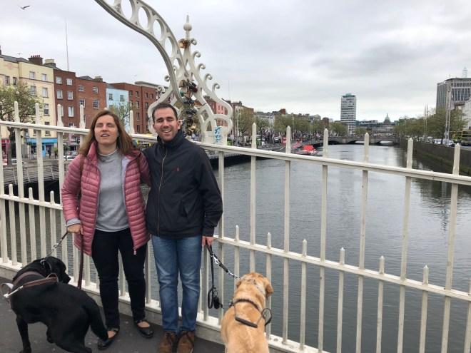 Núria y Juanjo en el romántico puente de Ha'Penny Bridge