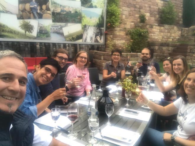 Grupo del fam trip realizando la primera cata en el jardín del vinhotel