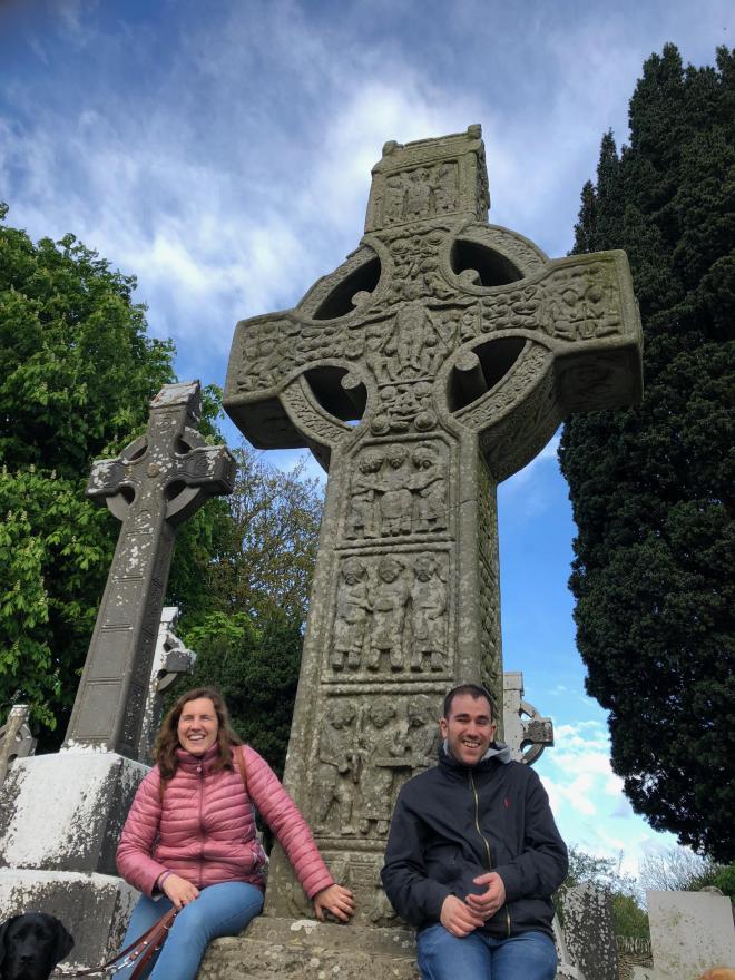 En Monasterboice, Núria y Juanjo sentados al pie de la gran cruz de Muiredach