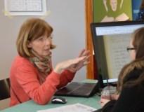 En besökare i Släktdatas monter får hjälp att söka i registren