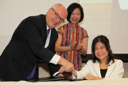 President Arnoud De Meyer signs the memorandum of understanding with SPD President Ms Chia Yong Yong.