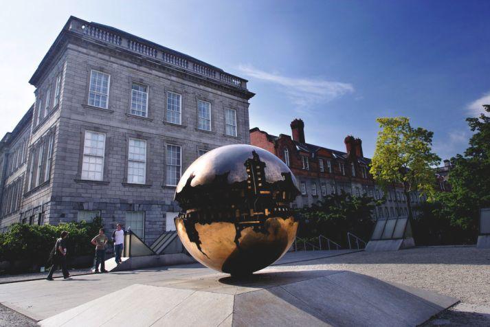 Escultura feita por Arnaldo Pomodoro, exposta no Trinity College. Foto: Brian Morrison.