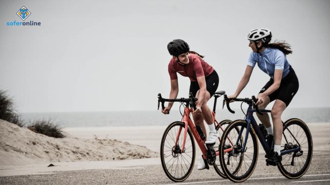 Interdicțiile bicicliștilor, poză cu doi bicicliști
