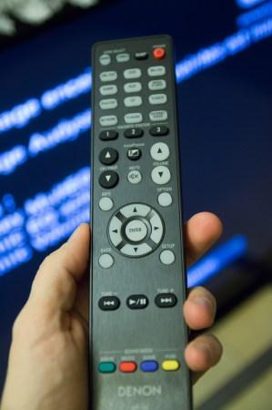 La télécommande du Denon AVR-X3000, avec moins de boutons au cm carré que la concurrence : on aime