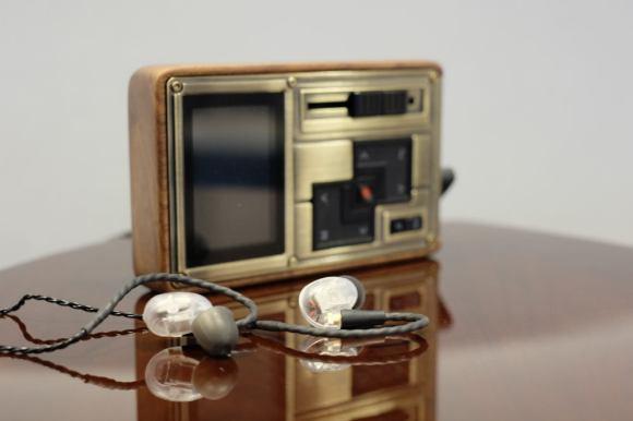 Le lecteur audio nomade Colorfly HiFi C4 Pro et les écouteurs Westone UM Pro 20 en écoute dans notre showroom parisien