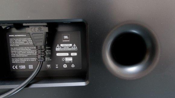 L'enceinte JBL L8 est équipé de deux évents circulaires bass-reflex