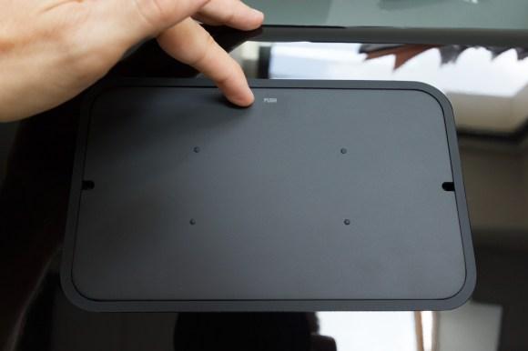 Au somment de l'enceinte, une trappe amovible dissimule deux ports USB et une plateforme pour poser smartphone et tablette
