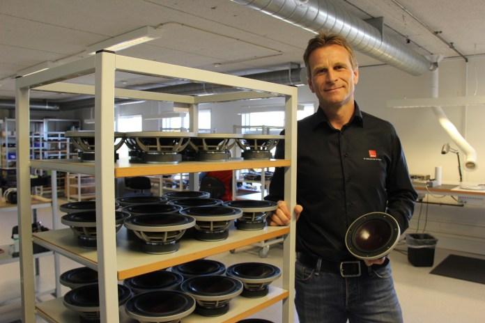 La fierté de l'ingénieur responsable de la fabrication des haut-parleurs