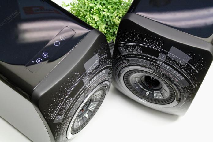 L'enceinte amplifiée avec streamer et DAC intégré KEF LS50 Wireless Marcel Wanders est une version spéciale de la KEF LS50 Wireless. Les différences sont purement esthétiques, avec une robe nocture et un dessin sur la face du designer belge Marcel Wanders. Cette LS50 Wireless Marcel Wanders est directement dérivée de la KEF LS50 et s'en différencie par l'intégration de quatre amplificateurs, deux DAC, un streamer (Spotify, Tidal, Airplay, DLNA), un récepteur Bluetooth aptX et un DAC pour brancher un ordinateur et un téléviseur par exemple.  Tout au plus peut-on ajouter un caisson de basses à cette paire d'enceintes connectées, mais pour le reste, elles ne nécessitent strictement aucun appareil hi-fi complémentaire pour écouter de la musique.  Les sources audio possibles  L'entrée ligne RCA stéréo de l'enceinte permet de brancher un lecteur CD, une platine vinyle (avec préampli) ou un baladeur par exemple. L'entrée numérique optique convient elle aux téléviseurs UHD, aux consoles de jeux vidéos ou bien aux lecteurs optiques équipés d'une sortie similaire. Les signaux numériques sont pris en charge jusqu'à 96 kHz (Hi-Res Audio). L'entrée USB-B est elle dédiée aux ordinateurs ou aux NAS, afin d'en lire les fichiers audio ou bien écouters les services de musique en ligne. L'entrée Bluetooth permet une écoute sans fil à 10 m avec n'importe quel smarphone. L'entrée réseau (WiFi ou Ethernet) élargit le champ des possibles et permet la lecture des fichiers audio (MP3, FLAC HD...) depuis un smartphone ou une tablette, ainsi que celle de Spotify ou Tidal. Il faut pour cela utiliser l'application KEF LS50 Wireless (iOS et Android).  Dommage, Qobuz et Deezer ne sont pas supportés.  KEF et le haut-parleur unique  La technologie KEF UniQ est le nom commercial pour le haut-parleur coaxial. Le principe est simple : diffuser le son depuis un point unique (UniQ) pour éviter la convergence de plusieurs faisceaaux sonores issus de multiples points de diffusion. KEF a ainsi développé un