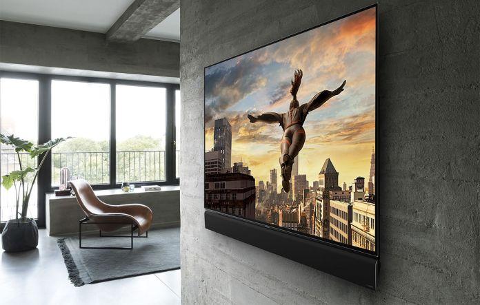 Le téléviseur Panasonic TH-65FZ950U peut être monté au mur pour une intégration optimale.