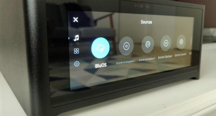 L'interface BluOS du NAD M10 permet de le contrôler depuis l'application dédiée et de l'intégrer dans un système audio multiroom compatible.