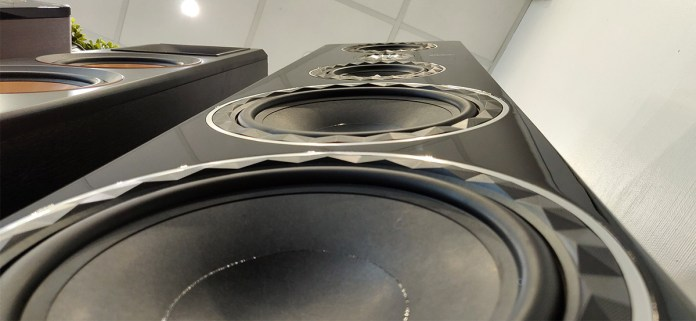 Elipson Prestige Facet 34F : 2 haut-parleurs de 25 cm pour le grave.