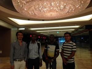 ロニー(右から2番目)と彼のエチオピア人の友達(右から3番目)と、一番右は当時インターン生だったシャンカイ君、彼は実は難民二世で無国籍なのですが、この話はまた長くなるので別の機会に