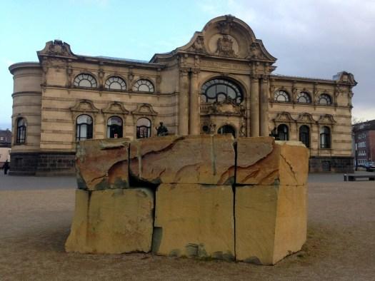 Wunderbare Sandstein-Symbiose zwischen Architektur und Skulptur - Tradition und Moderne. Ulrich Rückriem Skulptur vor Leopold-Hoesch-Museum