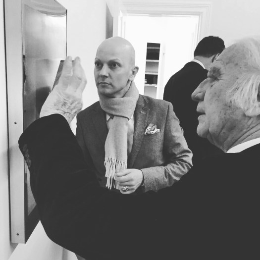 ZERO-Star Heinz Mack nimmt sich in der Ausstellung zu Ehren seines 85. Geburtstags in der Galerie Arndt vor dem Künstlerdinner Zeit ein Werk von 1967 zu erläutern