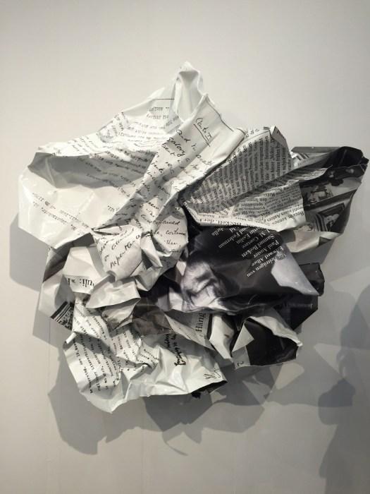 Die großformatigen Wandskulpturen aus Aluminium spielen mit Themenkomplexen, wie in diesem Fall der Emigration des späteren Nobelpreisträgers Samuel Beckett. Großformatige Arbeiten dieser Güte gingen über die Hamburger Produzentengalerie bereits in namhafte Sammlungen und Museen. Der Preis für das ca. 180 x 160 cm messende Format liegt bei 45 TEUR