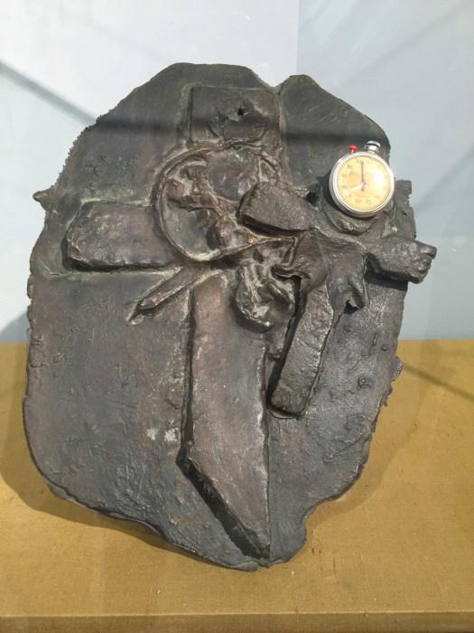 Um an dieses Wurfkreuz von Beuys heran zu kommen, muss man sich am Stand von Konzett stets durch eine kleine Traube von ehrfürchtigen Besuchern kämpfen. Kein Wunder. Vergleichbare Objekte sind im Markt nicht verfügbar und so ist auch der Rufpreis von 740 TEUR schwer zu kommentieren, der er sich keinem Vergleich stellen muss.
