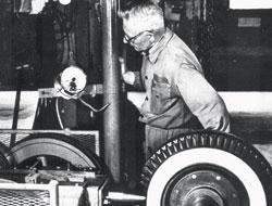 1938: A Goodyear substitui o algodão pelo raiom nas faixas dos pneus diagonais.