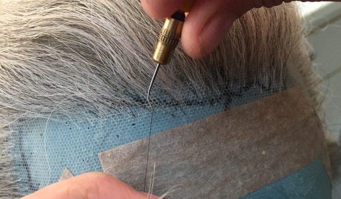 In meditativer Stimmung werden die Haare mit der Nadel eingesetzt.