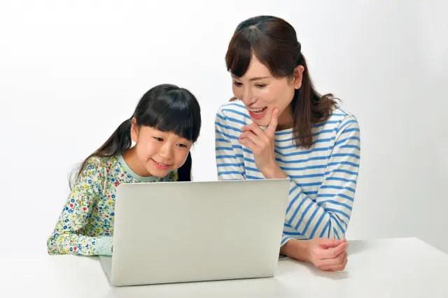 母と娘の会話もパソコンを通して