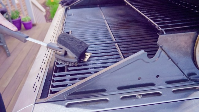 cleaning outdoor bbq grill