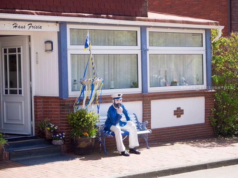 Seemann vorm Haus Frisia