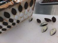 Die durchgekühlten Pralinen aus der Gießformen lösen
