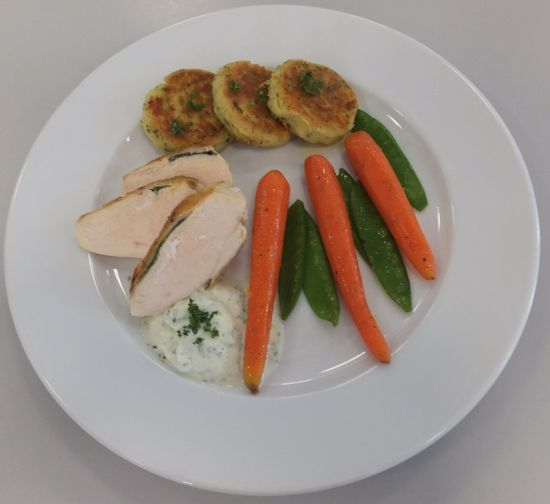 Hähnchenbrust mit Ananasminze, glasiertem Gemüse, Kartoffeltalern und Mascarponedip