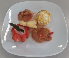 Erdbeer- und Joghurtcreme mit Rhabarberkompott und Löffelbiskuit
