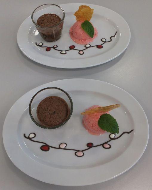 Gebackene Schokolade mit Erdbeereis