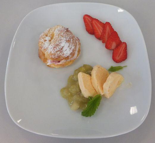 Windbeutel mit Erdbeerfüllung, Rhabarbergrütze und Kokos-Vanille-Parfait