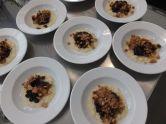 Vanillemilchreis mit weißer Schokolade, Kirschen, Heidelbeeren und Biskuit-Erdnuss-Crumble